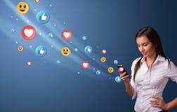 Jongere die telefoon met sociaal media concept met behulp van royalty-vrije stock afbeelding