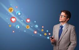 Jongere die telefoon met sociaal media concept met behulp van stock foto's