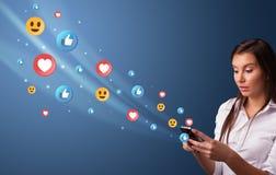 Jongere die telefoon met sociaal media concept met behulp van royalty-vrije stock foto