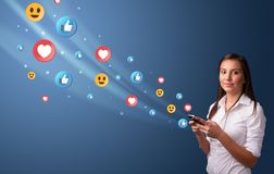 Jongere die telefoon met sociaal media concept met behulp van stock fotografie