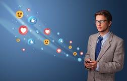 Jongere die telefoon met sociaal media concept met behulp van stock foto