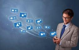 Jongere die telefoon met sociaal media concept met behulp van royalty-vrije stock foto's
