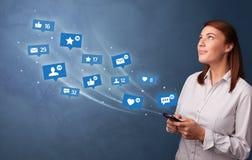 Jongere die telefoon met sociaal media concept met behulp van vector illustratie
