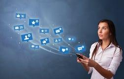 Jongere die telefoon met sociaal media concept met behulp van stock afbeeldingen