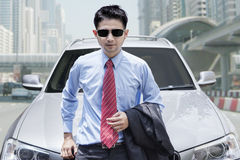 Jongere met nieuwe auto Royalty-vrije Stock Fotografie