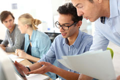 Jongeren in bedrijfs opleidingsklasse stock afbeelding