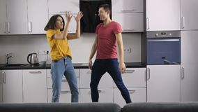 Jongeren dansen die aan muziek thuis luisteren stock video