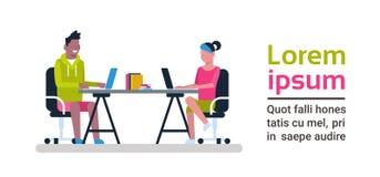 Jongeren die aan Computers werken die bij Bureau bij Concept van het de Medewerkerscentrum van Coworking het Ruimte Moderne zitte royalty-vrije illustratie