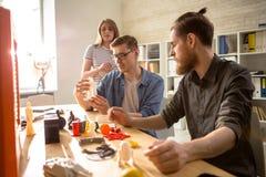 Jongeren die 3D Printer met behulp van Stock Afbeelding
