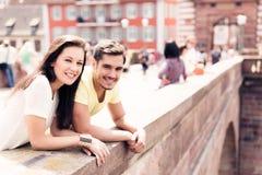 Jongeren die een Goede Dagtocht in de Stad hebben Stock Fotografie