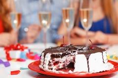 Jongeren die een verjaardagszitting vieren bij Royalty-vrije Stock Afbeeldingen