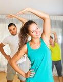 Jongeren die in gymnastiek werken Royalty-vrije Stock Afbeelding