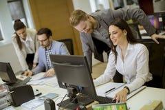 Jongeren die in het bureau werken royalty-vrije stock foto