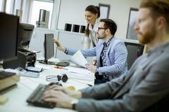 Jongeren die in het bureau werken royalty-vrije stock afbeeldingen