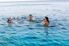 Jongeren die in het overzees zwemmen Royalty-vrije Stock Foto