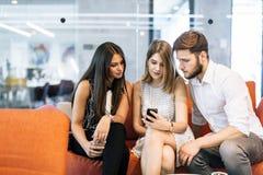 Jongeren die hun celtelefoons met behulp van royalty-vrije stock fotografie
