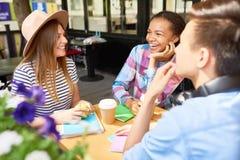Jongeren die in Koffie bestuderen royalty-vrije stock foto