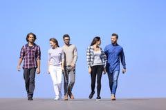 Jongeren die langs de weg lopen stock foto's
