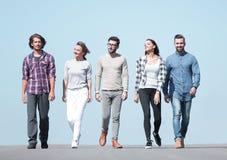 Jongeren die langs de weg lopen stock afbeelding