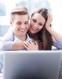 Jongeren die laptop met behulp van Stock Afbeelding