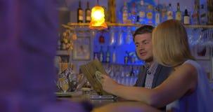Jongeren die menu in de bar bekijken stock videobeelden
