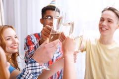 Jongeren die met champagne vieren stock afbeeldingen