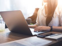 Jongeren die met moderne laptop in werkplaats, koffie werken Stock Foto