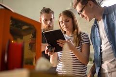 Jongeren die met Moderne Technologie werken Royalty-vrije Stock Fotografie