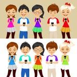 Jongeren die mobiele telefoons met behulp van Stock Afbeeldingen