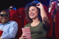 Jongeren die op 3D film letten bij het filmtheater Royalty-vrije Stock Foto