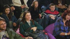 Jongeren die op de grappige prestaties lachen stock videobeelden