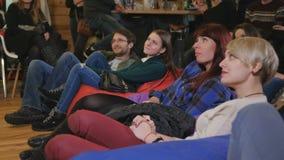 Jongeren die op de grappige show lachen stock video