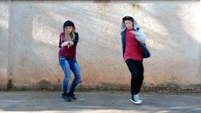 Jongeren die op de stijl van straatbreakdance dansen stock video