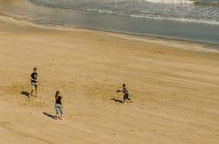 Jongeren die op het strand van Cado Roig in Alicante spelen Stock Afbeelding
