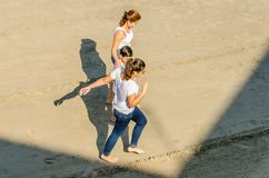 Jongeren die op het strand van Cado Roig in Alicante spelen Stock Afbeeldingen