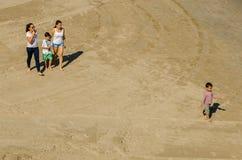 Jongeren die op het strand van Cado Roig in Alicante spelen Stock Fotografie