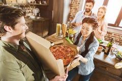Jongeren die pizza eten Stock Foto's