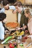 Jongeren die pizza eten Stock Afbeelding