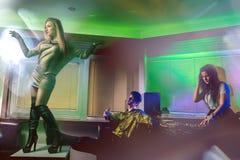 Jongeren die pret hebben bij nachtclub Stock Foto's
