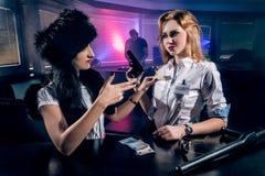Jongeren die pret hebben bij nachtclub Stock Fotografie