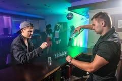 Jongeren die pret hebben bij nachtclub royalty-vrije stock foto's