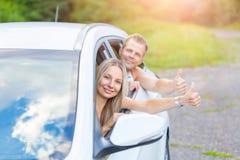 Jongeren die van een roadtrip in de auto genieten stock afbeelding