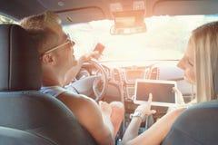 Jongeren die van een roadtrip in de auto genieten stock afbeeldingen
