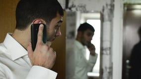 Jongeren die van Kaukasische nationaliteit spreken stock footage