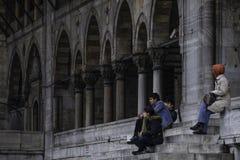 Jongeren die voor Moskee zitten Stock Foto's