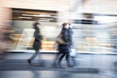 Jongeren die in winkelend centrum, gezoemeffect, motieonduidelijk beeld lopen Royalty-vrije Stock Foto's