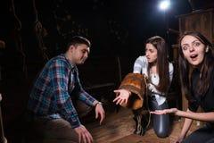 Jongeren door het nalaten worden verrast om een oplossing van conu te vinden die royalty-vrije stock afbeelding