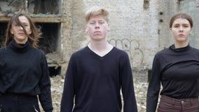 Jongeren in een verlaten plaats stock videobeelden