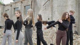 Jongeren in een verlaten plaats stock footage