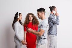 Jongeren in gevaar van verslaving, tribune uit van het menigteconcept royalty-vrije stock fotografie
